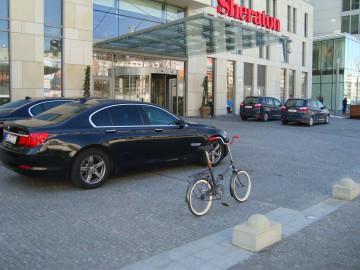 Skladačka ESKA pred hotelom Sheraton
